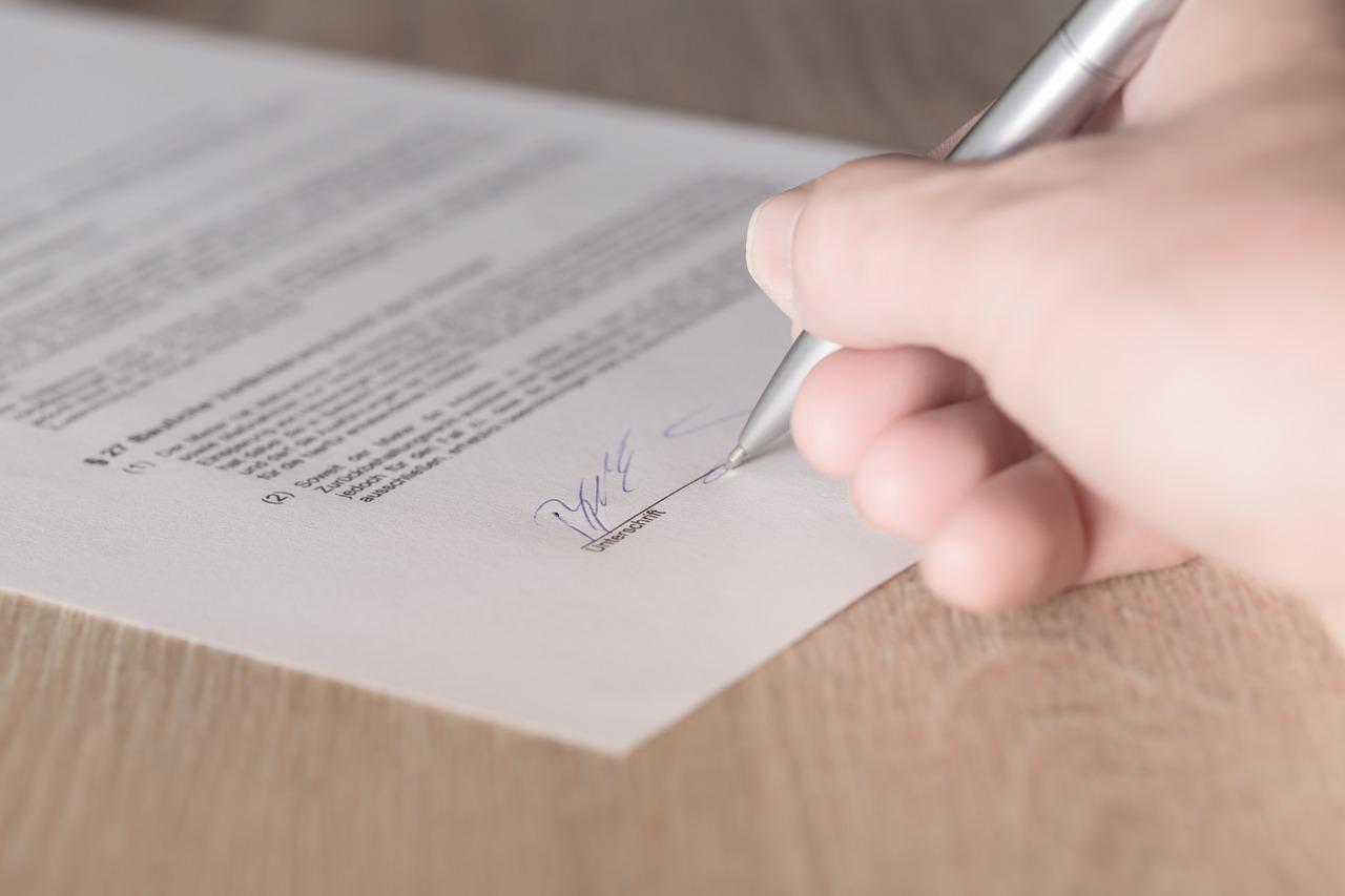 Realitná kancelária má povinnosť uzavrieť s majiteľom nehnuteľnosti zmluvu o sprostredkovaní v písomnej forme. Inak jej hrozí pokuta!